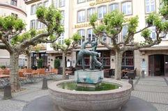 Een fontein in de vorm van speelkinderen stock afbeelding
