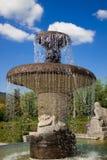 Een fontein in een roze tuin. Europa. Stock Afbeeldingen