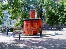 een fontein in het stadspark met slingers van geschilderde kippeneieren dat wordt verfraaid royalty-vrije stock foto