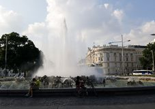 Een fontein met twee mensen het zitten stock afbeelding