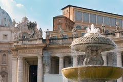 Een fontein vóór St. Peter Kathedraal Stock Afbeelding
