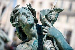Een fonteinbeeldhouwwerk in Lissabon Portugal stock fotografie