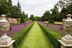Een formele Engelse Gemodelleerde Tuin stock afbeeldingen