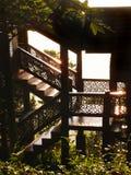 De Thaise traditionele details van het houthuis in zonlicht Stock Foto