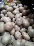 Een foto schildert vele aardappels af die in de markt worden verkocht royalty-vrije stock foto's