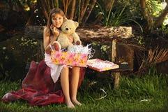 Een foto van gelukkig meisje met stuk speelgoed draagt. stuk speelgoed Stock Afbeelding