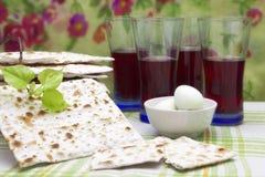 Een foto van Joods Matzah-brood, de gekookte eieren, de kosjer rode wijn en een lindeboom vertakken zich Matzah voor de Joodse Pa royalty-vrije stock afbeeldingen