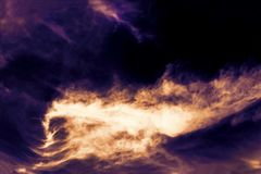Een foto van lavastroom en explosie van de vulkaan Brandvlammen in de nacht De achtergrond van de helvuurhaard Royalty-vrije Stock Foto