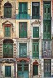 Een fotocollage van 16 kleurrijke voordeuren aan huizen Stock Fotografie