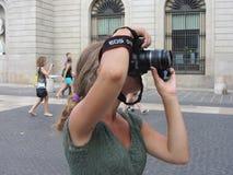 Een fotograaf die beeld nemen royalty-vrije stock afbeeldingen