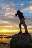 Een fotograaf die de zonstijging vangen Stock Fotografie