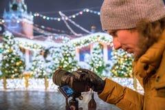 Een fotograaf schiet nieuwe 30 1 mirrorless de verwisselbaar-lenscamera Canon EOS R van het megapixel volledig-kader stock fotografie