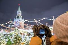 Een fotograaf schiet nieuwe 30 1 mirrorless de verwisselbaar-lenscamera Canon EOS R van het megapixel volledig-kader royalty-vrije stock foto