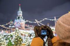 Een fotograaf schiet nieuwe 30 1 mirrorless de verwisselbaar-lenscamera Canon EOS R van het megapixel volledig-kader royalty-vrije stock afbeeldingen