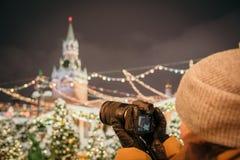 Een fotograaf schiet nieuwe 30 1 mirrorless de verwisselbaar-lenscamera Canon EOS R van het megapixel volledig-kader stock afbeelding