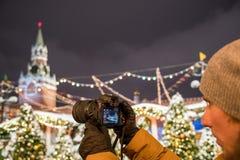 Een fotograaf schiet nieuwe 30 1 mirrorless de verwisselbaar-lenscamera Canon EOS R van het megapixel volledig-kader royalty-vrije stock afbeelding