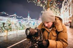Een fotograaf schiet nieuwe 30 1 mirrorless de verwisselbaar-lenscamera Canon EOS R van het megapixel volledig-kader stock foto
