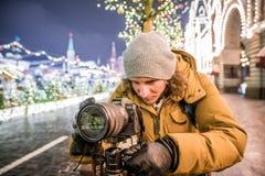 Een fotograaf schiet nieuwe 30 1 mirrorless de verwisselbaar-lenscamera Canon EOS R van het megapixel volledig-kader royalty-vrije stock foto's