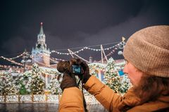 Een fotograaf schiet nieuwe 30 1 mirrorless de verwisselbaar-lenscamera Canon EOS R van het megapixel volledig-kader stock foto's