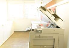 Een fotokopieerapparaatmachine en een volledig toegangsbeheer van het zeer belangrijke paneel van het kaartaftasten in bureau stock foto