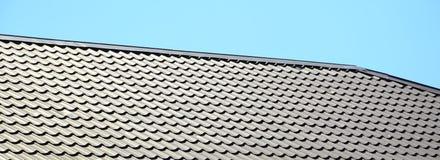 Een fragment van een dak van een metaaltegel van donkerrode kleur Qualit royalty-vrije stock afbeeldingen