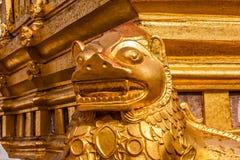Een fragment van de buitenkant van de Shwezigon-Pagode of Shwezigon Paya, nyaung-U, Myanmar stock foto's