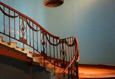 Een fragment van de modernist trap in een flatgebouw op Zagorodny Prospekt Stock Fotografie