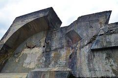 Een fragment van de vernietigde betonconstructie royalty-vrije stock afbeelding