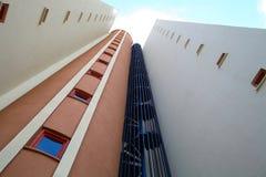 Een fragment van een gebouw met een wenteltrap royalty-vrije stock fotografie