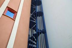 Een fragment van een gebouw met een wenteltrap stock afbeeldingen