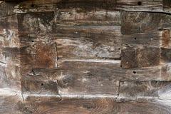 Een fragment van een muur van houten logboeken wordt gemaakt dat Stock Foto