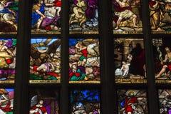 Een fragment van een geschilderd venster met scènes van het Nieuwe Testament Royalty-vrije Stock Afbeeldingen