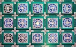 Een fragment van het traditionele patroon op het plafond van de Lange Gang van de interessantste gezichten van het de Zomerpaleis royalty-vrije stock foto's