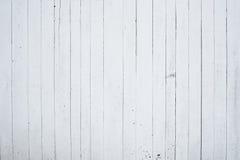 Een fragment van houten die muur met kalk, de achterkant wordt geschilderd van het huis Stock Foto