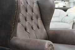 Een fragment van een klassieke leerstoel Close-up van elegante leertextuur met knopen Fragment van een klassieke stoel Met vrij k royalty-vrije stock afbeeldingen