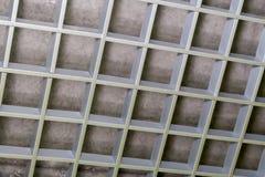 Een fragment van een metaal decoratief rooster van grijze kleur royalty-vrije stock afbeelding
