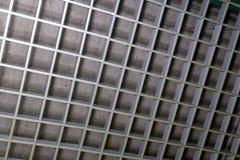 Een fragment van een metaal decoratief rooster van grijze kleur royalty-vrije stock afbeeldingen