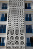Een fragment van nieuw flatgebouw met meerdere verdiepingen zonder inwoner stock afbeelding