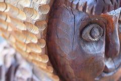 Een fragment van een oud houten beschadigd standbeeld tegen de tijd dat en aard stock foto's