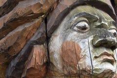 Een fragment van een oud houten beschadigd standbeeld tegen de tijd dat en aard royalty-vrije stock foto