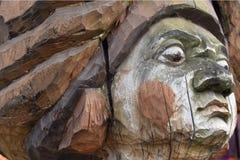 Een fragment van een oud houten beschadigd standbeeld tegen de tijd dat en aard royalty-vrije stock afbeelding