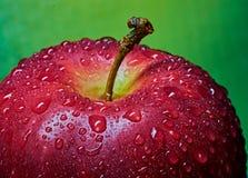 Een fragment van rood Apple met dalingen van water Macro, close-up stock fotografie