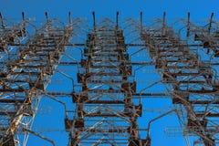 Een fragment van vernietigde post Duga tegen de achtergrond van de blauwe hemel in Tchernobyl na het ongeval van Tchernobyl binne royalty-vrije stock afbeeldingen