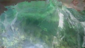 Een freediver springt in het water stock footage