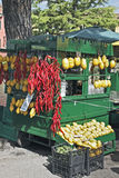 Een fruit en plantaardige verkopers blokkeren in Sermione op Meer Garda. Royalty-vrije Stock Foto's