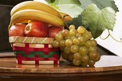 Een fruitmand op de lijst Royalty-vrije Stock Afbeelding
