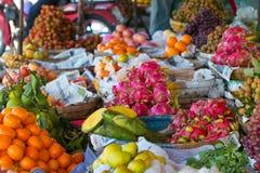 Een fruittribune bij de Markt van Chbar Ampov in Phnom Penh, Kambodja stock afbeelding
