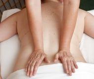 een fysiotherapeut behandelt een patiënt Stock Afbeeldingen