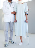 Een fysiotherapeut die een patiënt op Cr helpt Stock Fotografie