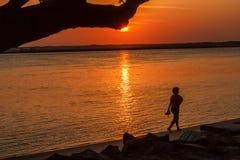 Een gang langs het strand bij zonsondergang royalty-vrije stock foto